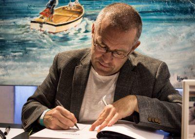 Peter Madsen signerer